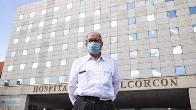 Porfirio Barroso, en la puerta del Hospital Fundación de Alcorcón