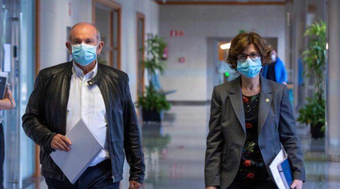 El exgerente del Hospital de Basurto instó a su personal a seguir el protocolo días después vacunarse