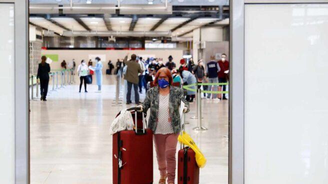 Una pasajera con mascarilla en el aeropuerto de Madrid-Barajas.
