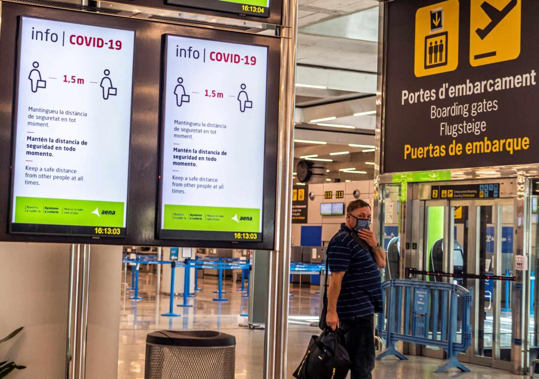 Carteles informativos con medidas anti-Covid en el aeropuerto de Palma.