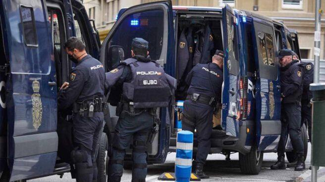 Policías de la UIP, preparándose para un reciente servicio en Pamplona.