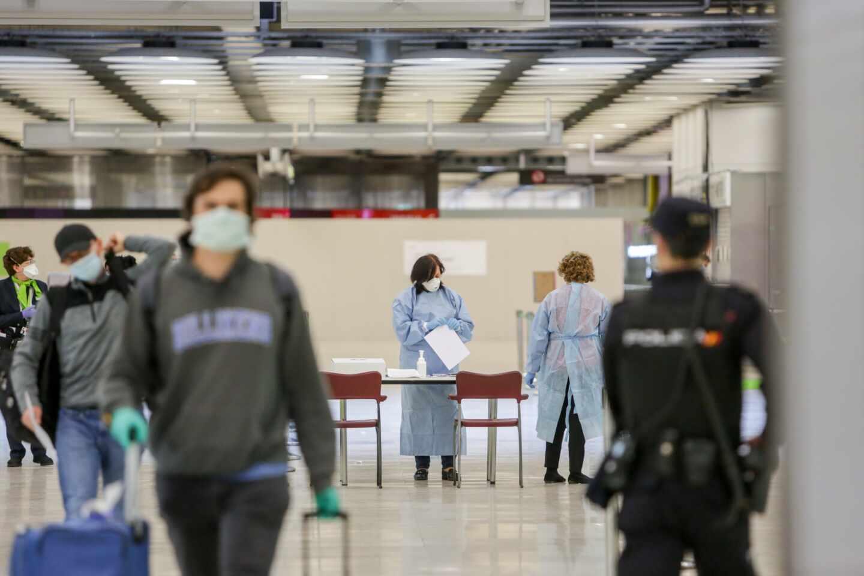Un policía nacional, de durante un servicio en el aeropuerto Madrid-Barajas durante el estado de alarma.