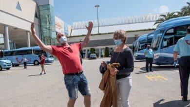 Champagne y aplausos para los turistas en el regreso de los alemanes a Baleares