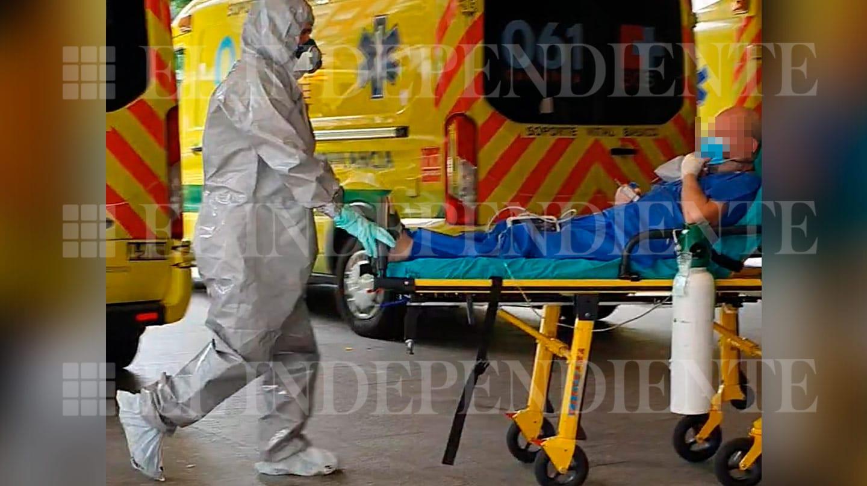 El policía nacional Valentín G.G., ingresando esta tarde en el Hospital Valdecilla de Santander.
