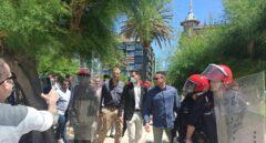 Grupos de antifascistas y radicales increpan a dirigentes de Vox durante un paseo por San Sebastián