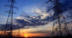 La CNMC da más tiempo a las energéticas y al Gobierno y retrasa los peajes de luz y gas a 2021