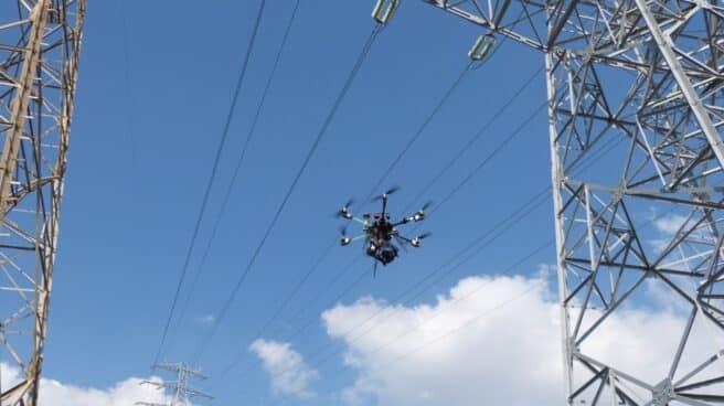 Un dron revisa la red de distribución de Endesa.
