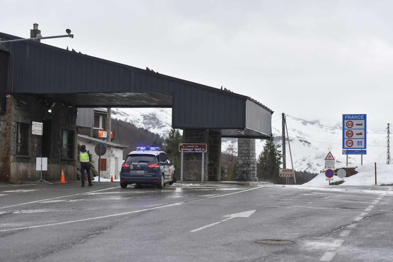 Control policial en la frontera con Francia.