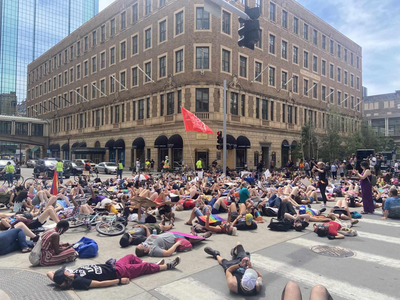 Manifestantes por el Orgullo y contra la violencia policial, este domingo en Minneapolis.