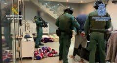 Guardias civiles, durante la detención de integrantes del 'clan de los Pantoja' el pasado mes de mayo.