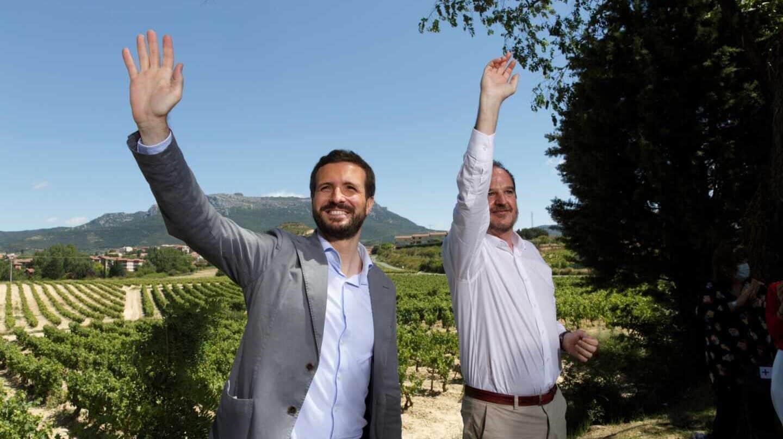 Pablo Casado y Carlos Iturgáiz, en un acto del PP en Labastida (Álava).