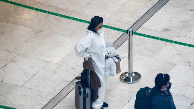 Una pasajera con equipos de protección en el aeropuerto de Madrid-Barajas.