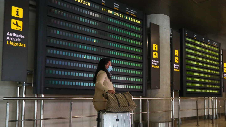 Pasajera con mascarilla en el aeropuerto de Valencia.