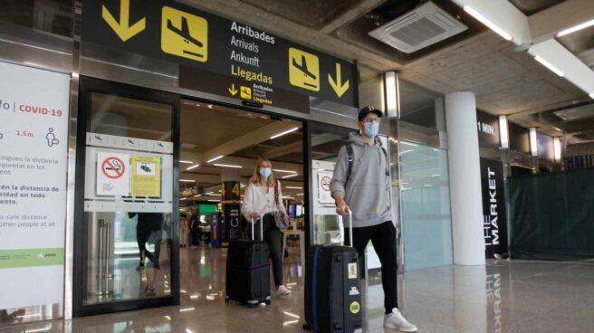 Pasajeros con mascarilla en el aeropuerto de Palma de Mallorca.