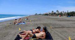 Bañistas en la playa de Málaga con zonas parceladas para mantener la distancia de seguridad.