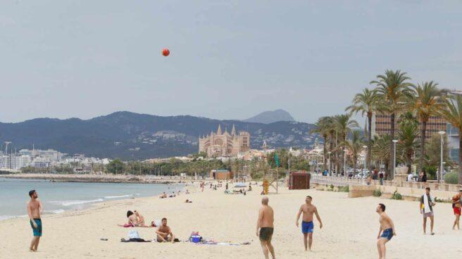 Bañistas en una playa de Palma de Mallorca.