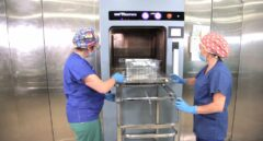 Dos auxiliares desinfectan mascarillas