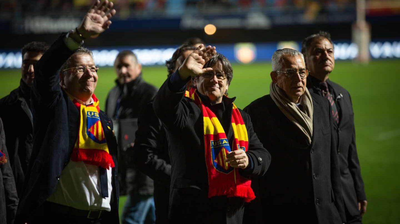 El presidente del USAP, François Rivière, recibe al expresident de la Generalitat Carles Puigdemont y a miembros del Consell per la República, este mes de febrero.