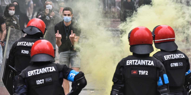 Radicales tratan de boicotear el mitin de Vox en Sestao.