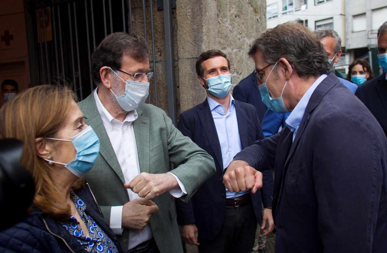 Mariano Rajoy y Alberto Núñez-Feijóo se saludan frente a Pablo Casado, este sábado en Pontevedra.