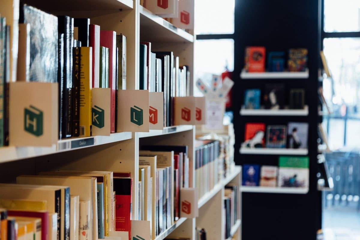 Fotografía de una estantería de una librería con muchos libros