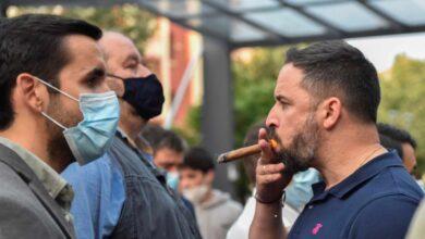 Vox arranca la campaña en Euskadi con mítines blindados entre piedras y botellas