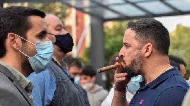 Santiago Abascal, fumando un puro durante el mitin de Vox en Sestao.