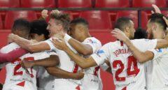 Mascarilla en el banquillo y abrazos de gol: el bipolar protocolo del fútbol en siete imágenes