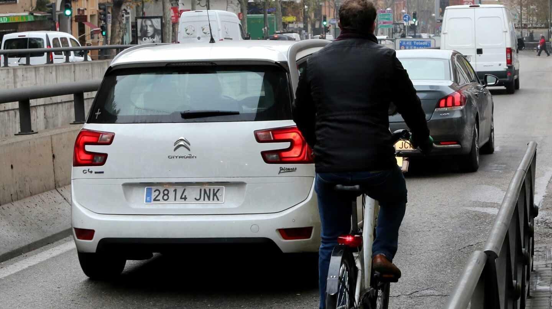 Un hombre circulando en bicicleta.