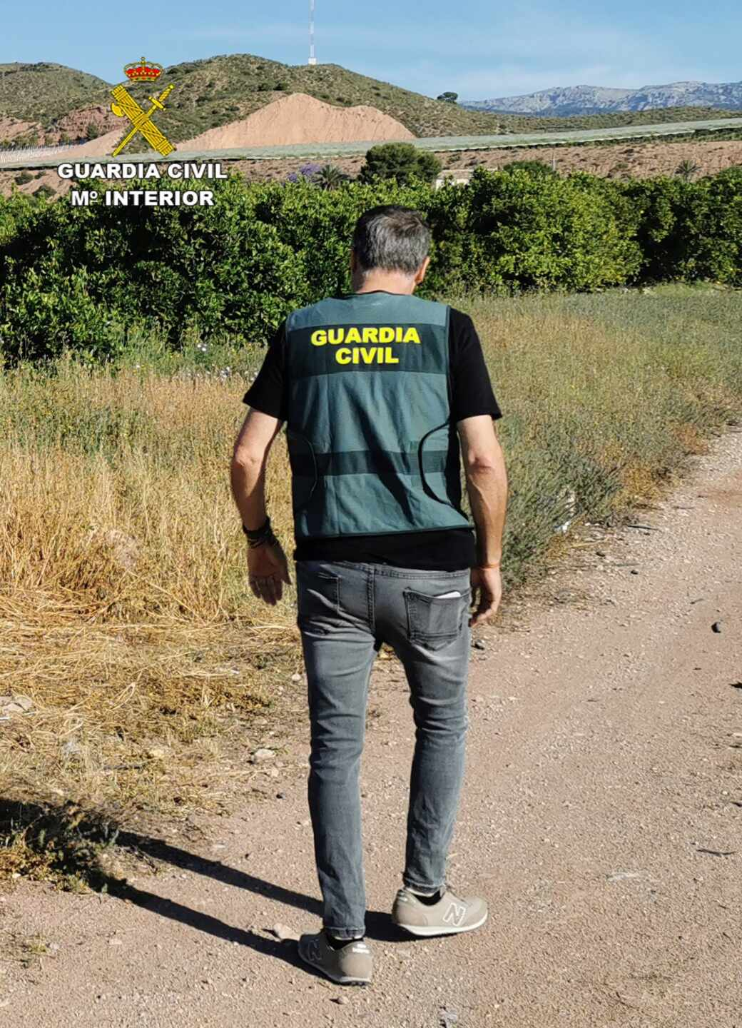 Un Guardia Civil de espaldas.