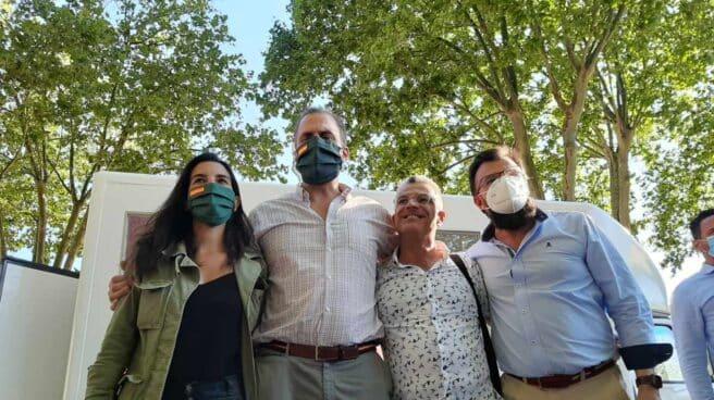 Los dirigentes de Vox posan durante un mitin de la formación en El Arenal de Bilbao.