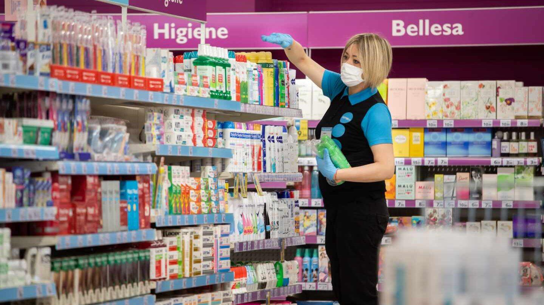 Empleada de un supermercado cubierta con una mascarilla.