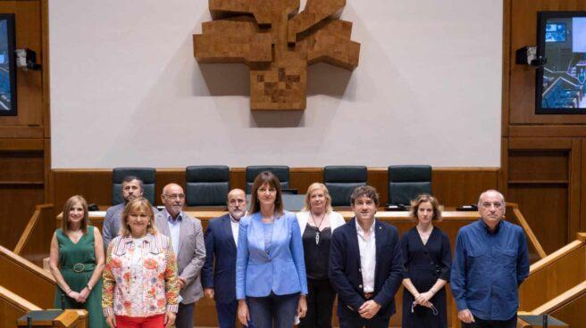 Idoia Mendia, junto a todo el grupo socialista vasco, posa en la Cámara de Vitoria tras acreditarse como parlamentarios del PSE.