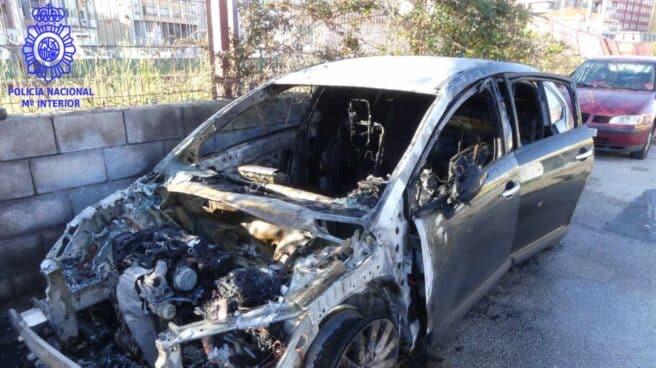 Uno de los vehículos incendiados en Torrelavega.