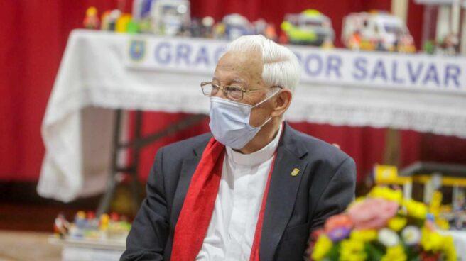 El Padre Ángel, presidente de la ONG Mensajeros por la Paz, durante la visita del presidente del Parlamento Europeo, David Sassoli, a la Iglesia de San Antón.
