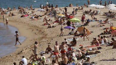 Barcelona cierra cinco playas ante la afluencia masiva de bañistas pese a las nuevas restricciones