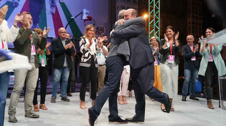 Urkullu y Ortuzar se abrazan en el acto del PNV posterior a las elecciones