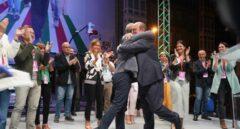 Besos, abrazos y sin distancia social: así fueron las celebraciones del PP y PNV