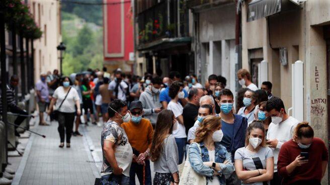 Cientos de personas hacen cola para someterse a pruebas PCR en las carpas instaladas en Ordizia.
