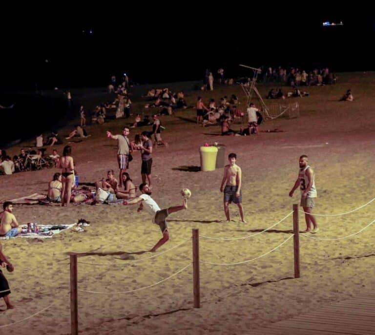 La Guardia Urbana de Barcelona desaloja a más de 7.000 personas de las playas durante la noche