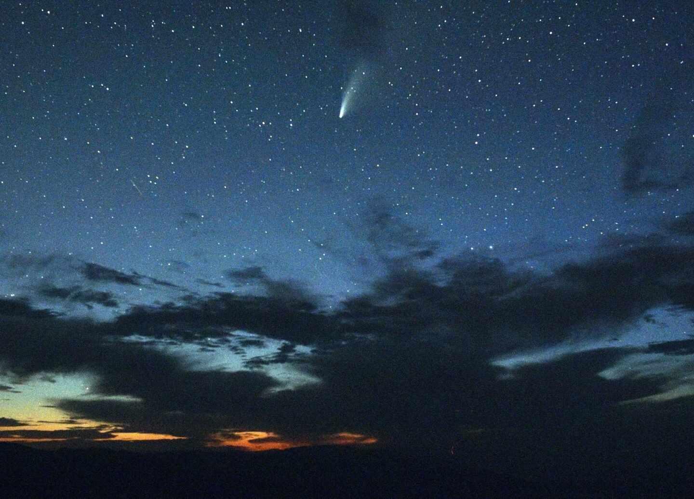 Cometa Neowise sobre el Valle de la Muerte (California).