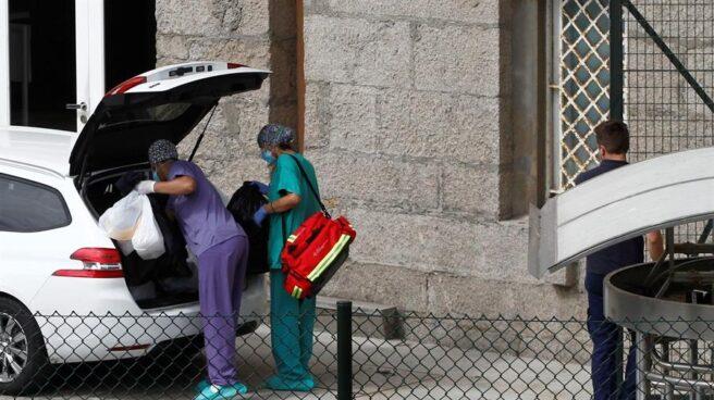 Miembros del Servicio Gallego de Salud abandonan las instalaciones del hotel de A Coruña donde se encuentran aislados los jugadores y el cuerpo técnico del Fuenlabrada, después de realizarles las pruebas.