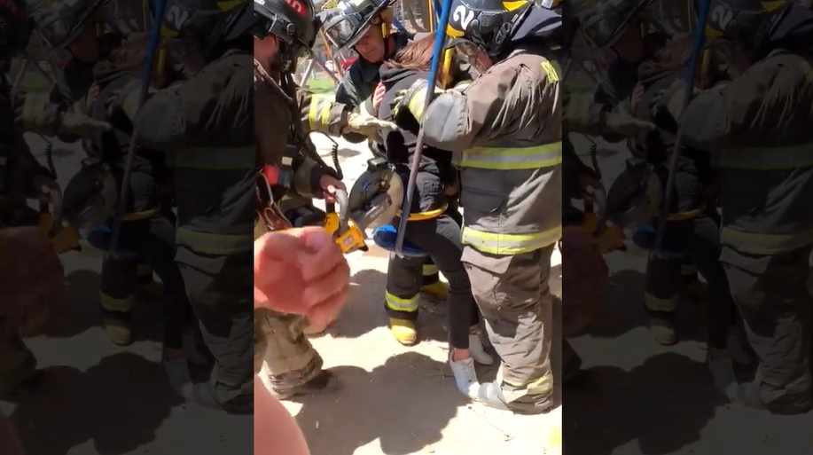 Tiktoker rescatada por los bomberos.