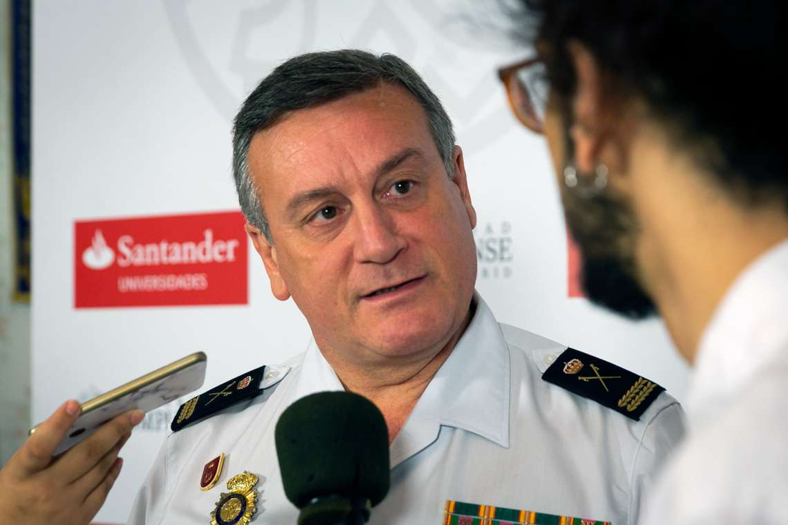 El comisario principal Vázquez Ara, atendiendo a los periodistas.