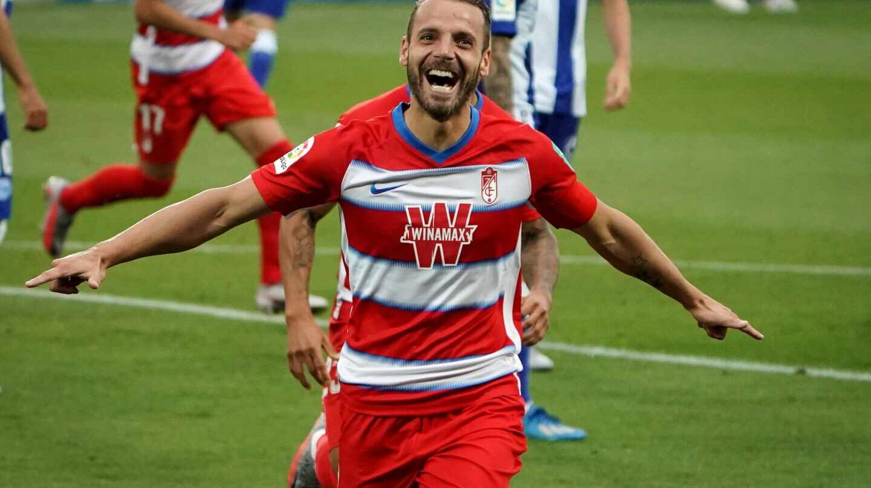 Roberto Soldado celebra un gol con el Granada CF