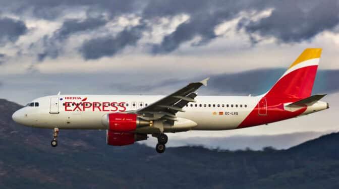 Iberia confía en las rutas de corto y medio alcance para relanzar su actividad este verano