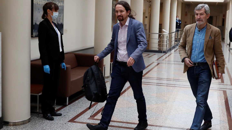 Pablo Iglesias y su jefe de gabinete, Julio Rodríguez, el pasado mes de abril en el Senado.