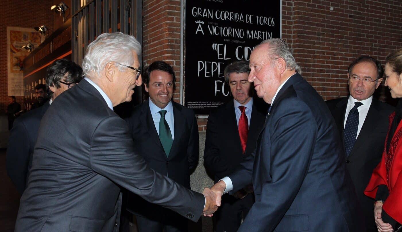 El rey emérito saluda al empresario Manuel Piñera Gil-Delgado en un acto en Las Ventas en 2018.