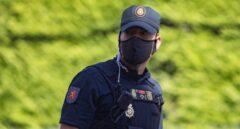 Policía nacional con mascarilla.
