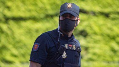 Un policía de Madrid dispara al aire acorralado por unos jóvenes que se negaron a llevar mascarilla